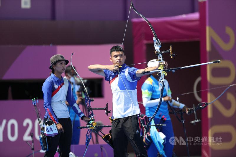 射箭混雙項目首度在奧運登場,台灣好手湯智鈞(前右)、林佳恩(前左)搭檔,首戰與印度隊交手,終場以3比5惜敗、無緣8強。中央社記者吳家昇攝 110年7月24日