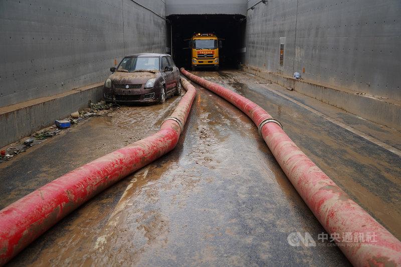 受到20日大暴雨影響,鄭州市京廣路上的隧道被洪水淹沒,經過3天抽水,已救出200多輛涉水車,具體傷亡情況尚待統計。圖為23日京廣路隧道排澇作業現場。(中新社提供)中央社 110年7月24日