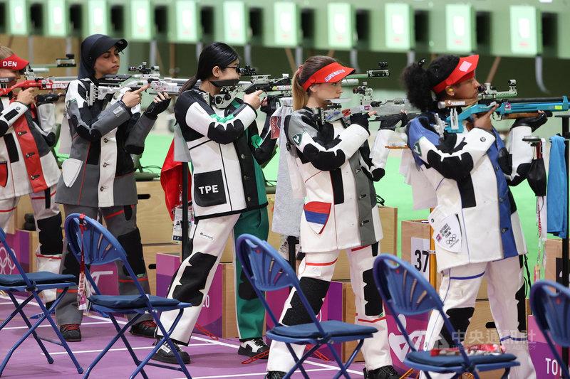東京奧運射擊項目24日進行女子10公尺空氣步槍賽程,台灣「天才少女」林穎欣(右3)率先出戰,這也是她奧運初體驗,可惜終場林穎欣以總分623.4分名列第26,無緣繼續挑戰8強決賽。中央社記者吳家昇攝 110年7月24日