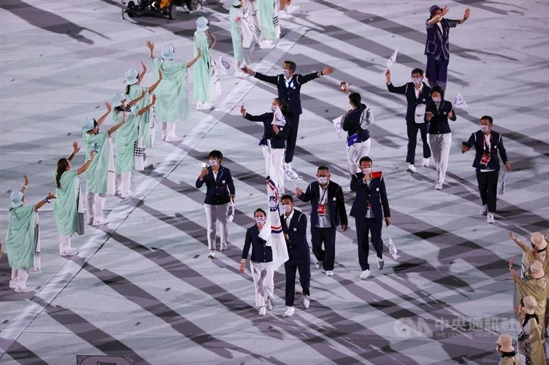 2020東京奧運23日開幕,然而騰訊轉播開幕式時,在台灣的中華隊進場時切換畫面,時間長達20分鐘。圖為中華代表團由網球好手盧彥勳(前右)、舉重好手郭婞淳(前左)共同掌旗,率代表團進場。中央社記者吳家昇攝 110年7月23日