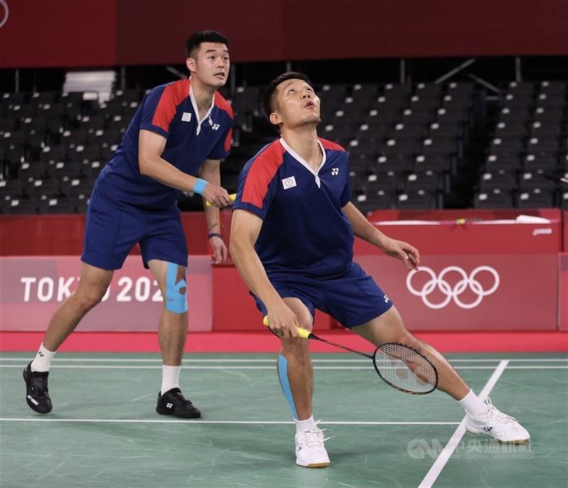 台灣男雙組合王齊麟(左)與李洋(右)26日在羽球男雙小組賽第2戰擊敗英國組合,拿下首勝。圖為24日兩人在男雙小組賽首役的賽況。中央社記者吳家昇攝 110年7月24日
