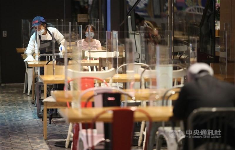 高雄市長陳其邁24日宣布,高雄市餐廳開放內用,業者須設好3面隔板,且保持1.5公尺社交距離。(中央社檔案照片)