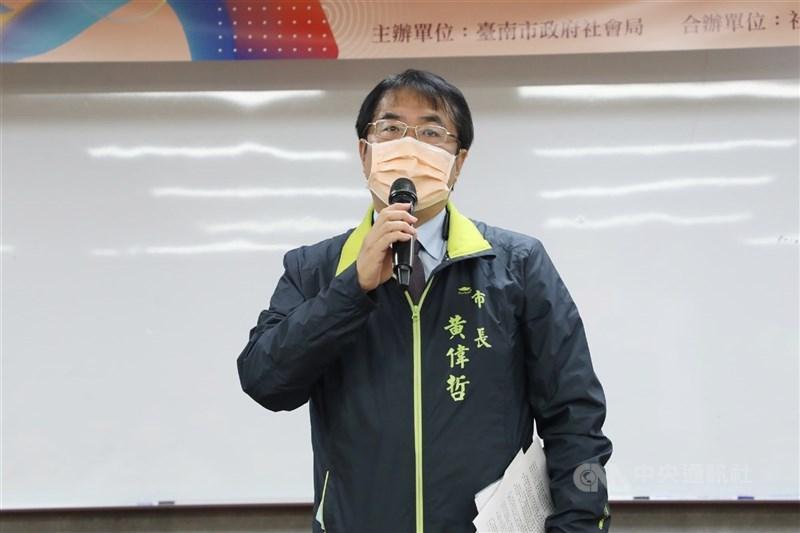 全國27日起COVID-19疫情第三級警戒降為第二級,台南市長黃偉哲宣布,台南市開放餐飲內用,須採梅花座且使用隔板。(中央社檔案照片)