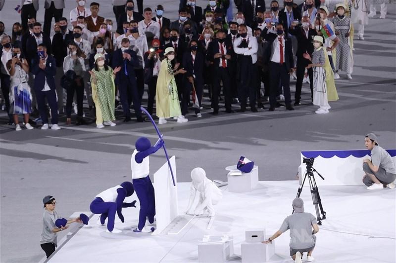 今年東奧開幕式中,小藍人快速變裝化身奧運運動項目標誌的演出,宛如日本知名綜藝節目「超級變變變」翻版,其中的表演者還曾來過台灣演出。中央社記者吳家昇攝 110年7月23日