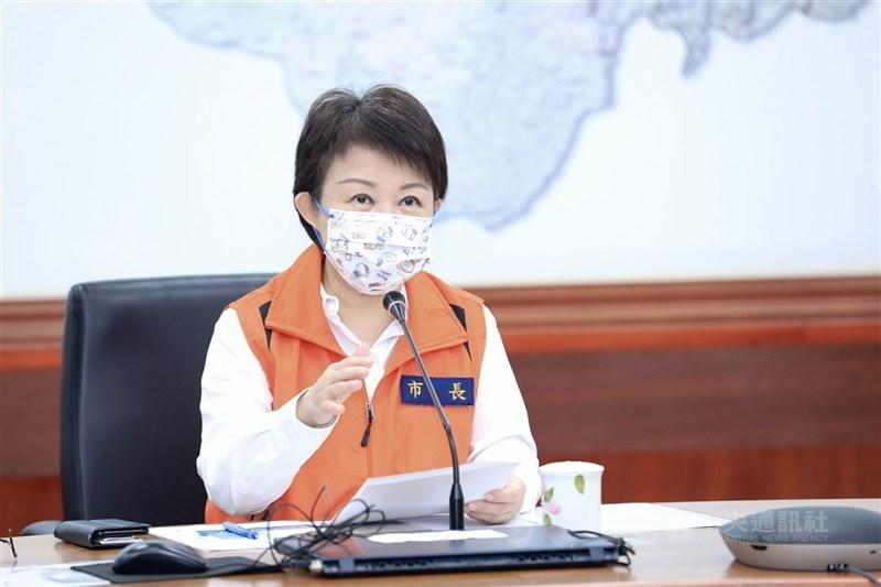 台中市長盧秀燕24日宣布,餐飲內用將採取限制性開放方式,除遵守中央指引外,並要求採公筷母匙,容留人數需張貼門口。(中央社檔案照片)