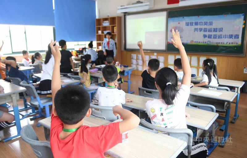 中國中央政府24日發布義務教育「雙減」政策,對校外培訓機構祭出多項嚴格監管,此舉恐讓廣大的中國補教業步入寒冬。圖為19日,浙江杭州的一個官辦暑托班,宣稱為家長緩解小學生暑假「看護難」的問題。(中新社提供)中央社 110年7月24日