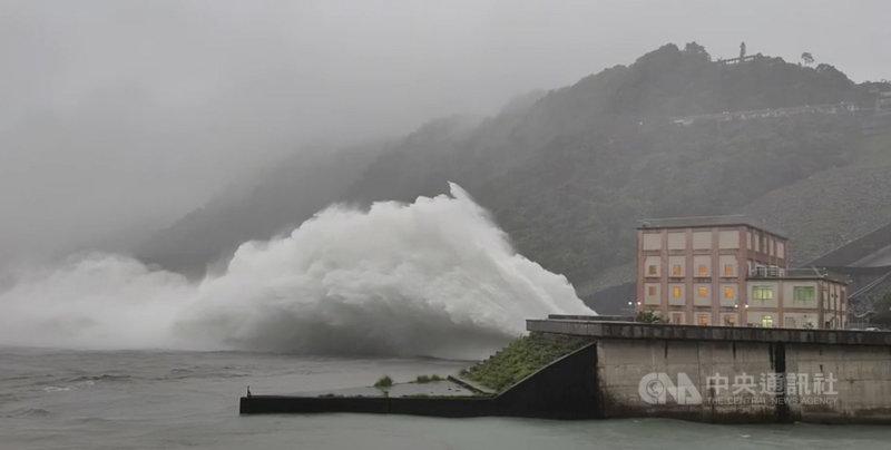 颱風烟花來襲,替桃園帶來豐沛雨量,石門水庫24日上午接近滿水位,開啟排洪隧道洩洪。(北水局提供)中央社記者葉臻傳真 110年7月24日