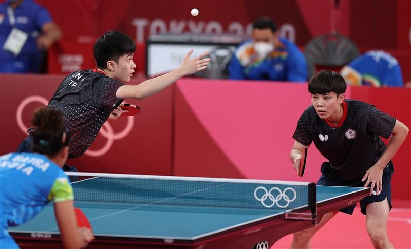 2020東京奧林匹克運動會桌球項目,台灣「黃金混雙」林昀儒(左)、鄭怡靜(右)24日出戰16強賽,以直落4擊敗印度對手。(體育署提供)