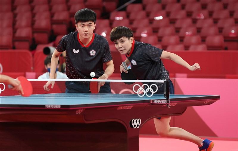 桌球混雙世界排名第1的「黃金混雙」林昀儒(左)與鄭怡靜(右),24日上午在東京奧運8強全力突圍。(體育署提供)