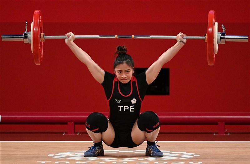 東京奧運台灣舉重代表隊24日由方莞靈打頭陣,她在女子49公斤級決賽A組名列第4名,無緣獎牌。(法新社)