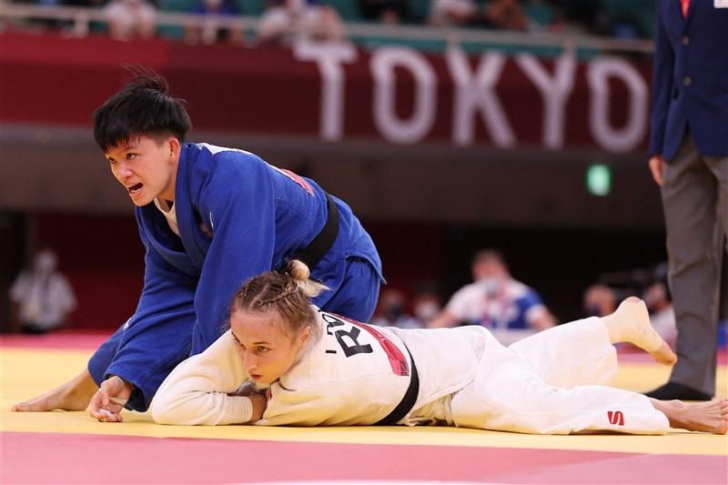 台灣柔道選手林真豪(左後)24日在東京奧運柔道女子48公斤量級8強賽,不敵世界第一的科索沃選手克拉斯尼奇。圖為林真豪在16強賽擊敗俄羅斯選手多爾歌娃(前)。(法新社)