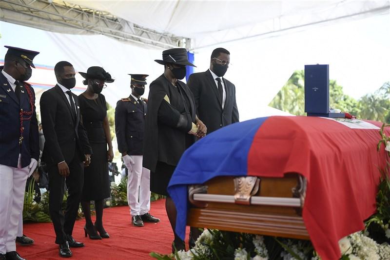 海地總統摩依士7月7日在私邸遭槍擊身亡,警方26日表示已逮捕摩依士侍衛長席維爾。圖為23日摩依士葬禮。(美聯社)
