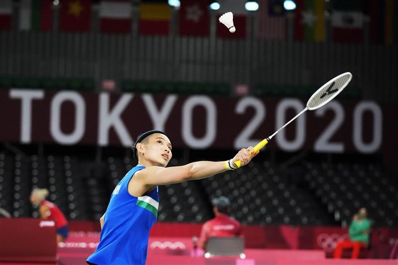 世界球后戴資穎(前)24日在東京奧運女單小組賽首役,全場僅用25分鐘,直落二輕取瑞士選手賈奎特。(美聯社)