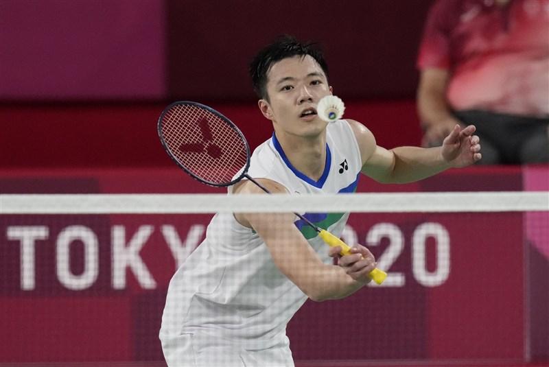 台灣「羽球王子」王子維(圖)24日在東京奧運羽球男單小組賽首役,以21比12、21比15輕取斯里蘭卡選手尼路卡。(美聯社)