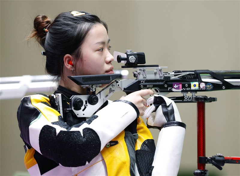 中國女將楊倩24日在東京奧運女子10公尺空氣步槍摘金,拿下本屆發出的第一面金牌。(共同社)