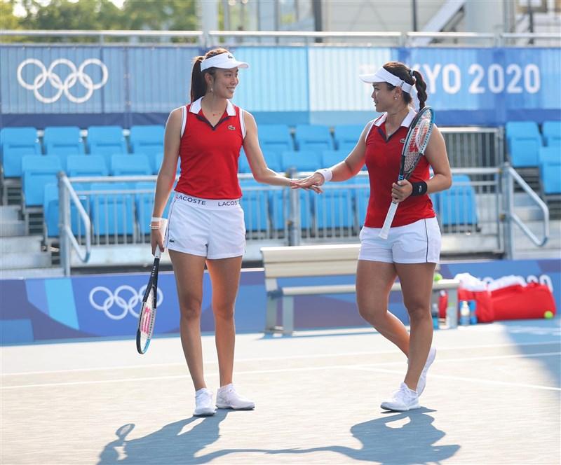 台灣網球雙打姊妹花詹詠然(右)與詹皓晴(左),24日在東京奧運網球女雙首輪,以5比7、6比1、6比10不敵羅馬尼亞組合,首輪爆冷出局。(圖取自facebook.com/latishayjchan)