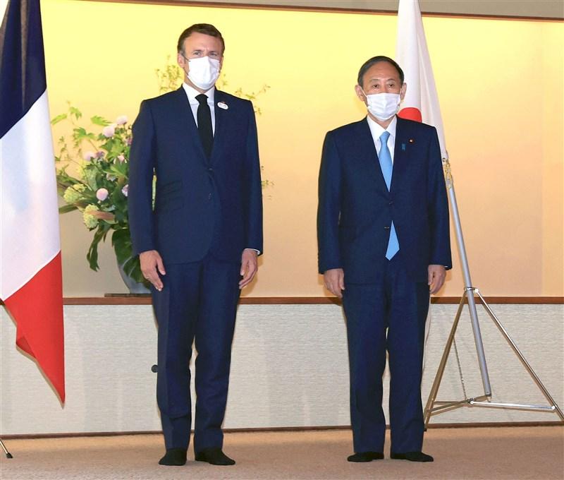 日本首相菅義偉(右)24日在東京都元赤坂迎賓館與法國總統馬克宏(左)進行午餐會。(共同社)