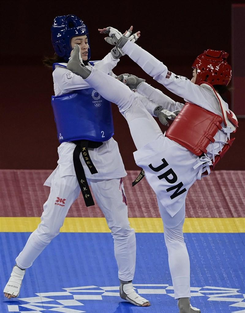 2020東京奧林匹克運動會跆拳道項目,挑戰女子49公斤級的台灣好手蘇柏亞(左)24日上午在16強賽對戰地主日本選手山田美諭遭逆轉,以9比10出局。(法新社)