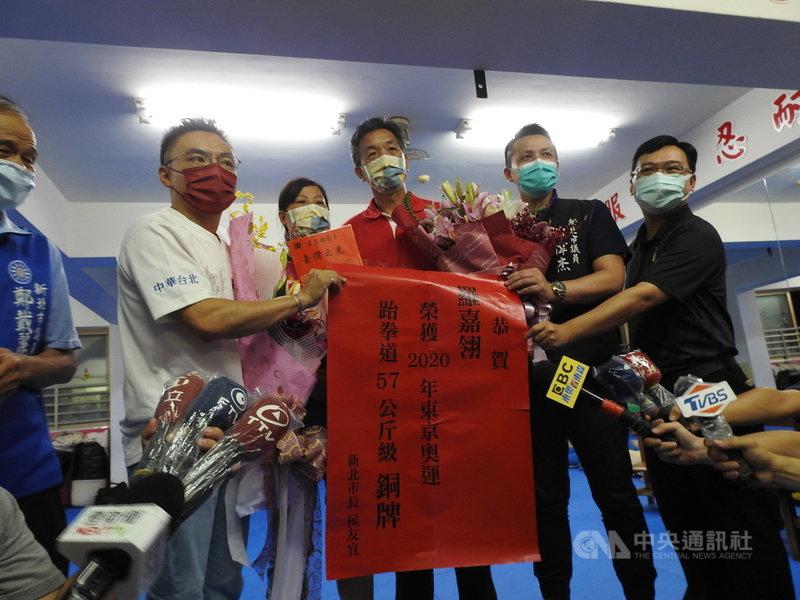 新北市19歲跆拳道選手羅嘉翎25日在東京奧運奪得女子57公斤量級銅牌,羅嘉翎的父母(右3起)表示每場都觀戰並以她為榮。中央社記者王鴻國攝 110年7月25日