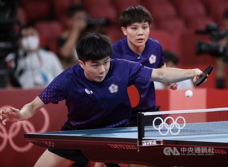 2020東京奧運桌球混雙25日進行8強賽,世界排名第1的台灣「黃金混雙」林昀儒(前)、鄭怡靜(後)出賽。中央社記者吳家昇攝 110年7月25日