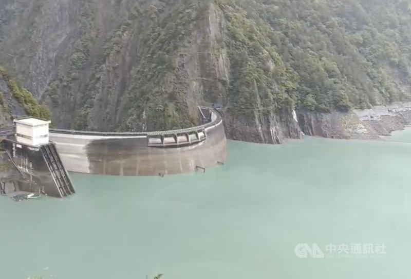 烟花颱風外圍環流為山區帶來雨量,德基水庫的蓄水量一夜增加534萬噸,蓄水率突破50%。(民眾提供)中央社記者趙麗妍傳真 110年7月25日