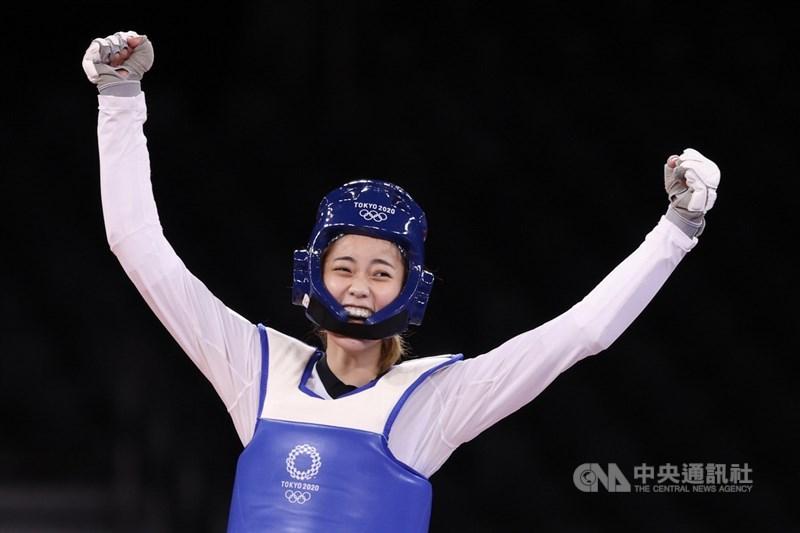 年僅19歲的台灣跆拳道女將羅嘉翎25日在東京奧運跆拳道女子57公斤量級銅牌戰,以10比6擊敗尼日的對手耶索夫,為台灣在東奧贏得第2面獎牌,賽後開心高舉雙臂。中央社記者吳家昇攝 110年7月25日