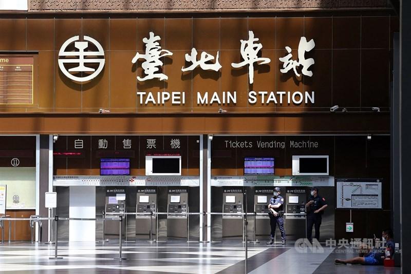 台北市政府25日公布5例確診者足跡,其中4例感染源待釐清,包含2名23日確診的台鐵台北車站廁所清潔工。圖為車站大廳一景。(中央社檔案照片)