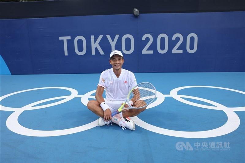 台灣網球好手盧彥勳(圖)在東京奧運網球男單吞敗止步,成為他20年職業網球生涯最終戰。總統蔡英文25日感謝他,並稱將會是另一段美好旅程的開始。圖為盧彥勳21日在網球場地與奧運五環合影。中央社記者吳家昇攝 110年7月21日