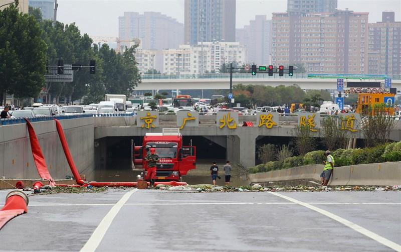 中國河南洪災,鄭州京廣北路隧道內大批車輛被水淹沒,官方指隧道內目前僅發現4人罹難。但據報導,光是中國民眾上網協尋的失聯親友,就有130人。圖為22日進行隧道抽水工作。(中新社)