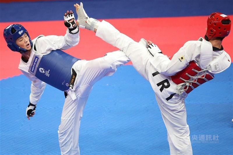 台灣跆拳道好手黃鈺仁(左)25日東京奧運男子68公斤量級16強賽,不敵伊朗選手霍西尼。(中央社檔案照片)