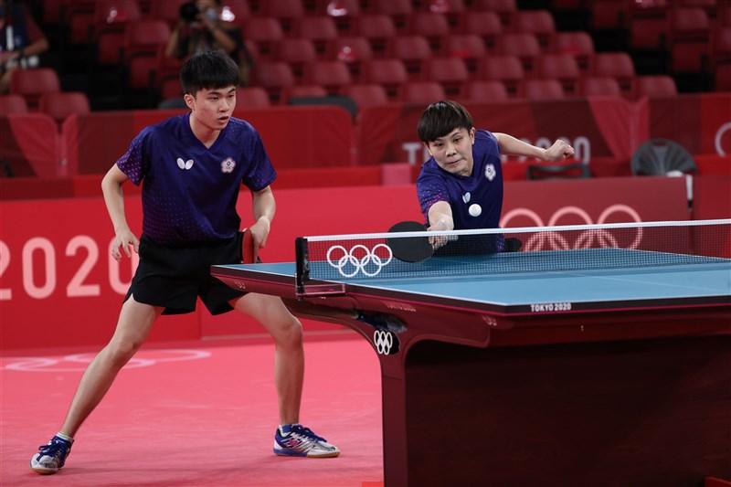 台灣「黃金混雙」林昀儒(左)、鄭怡靜(右)25日晚間在東京奧運4強賽不敵日本組合水谷隼與伊藤美誠,無緣金牌戰。(體育署提供)