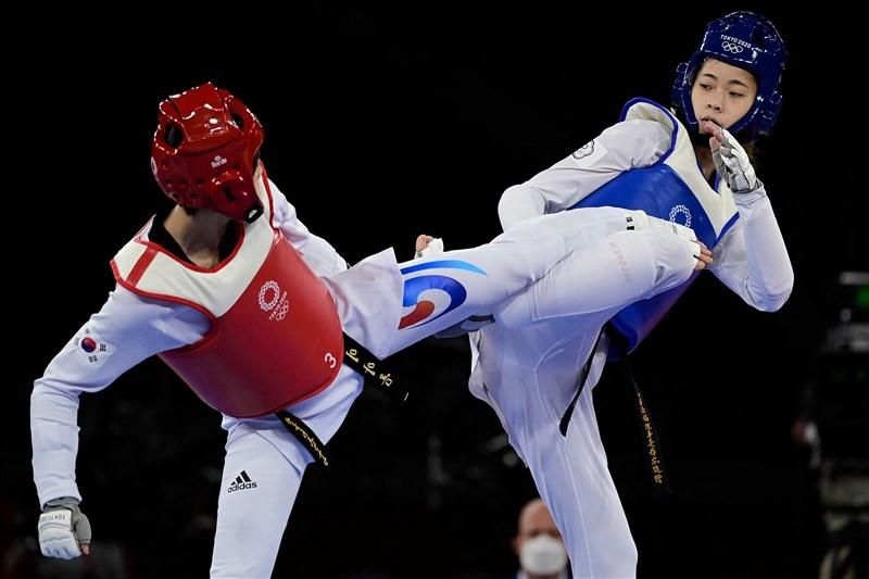 台灣跆拳道女將羅嘉翎(右)25日在東京奧運女子57公斤量級擊敗韓國選手,取得8強門票。(法新社)