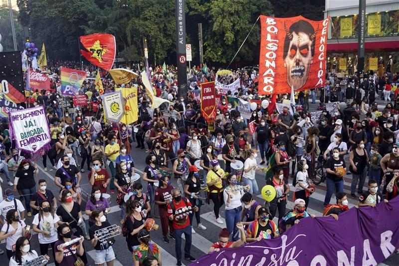 巴西疫情奪走大批人命,數以萬計民眾24日走上街頭,要求彈劾總統波索納洛。(安納杜魯新聞社)