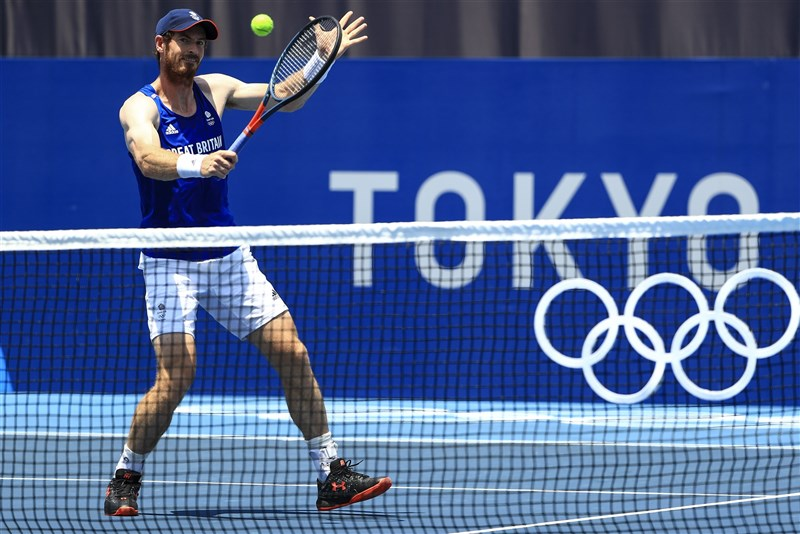 2度摘下奧運網球男單金牌的英國名將莫瑞因傷退出東京奧運男單賽事。圖為他賽前練習情形。(圖取自twitter.com/TeamGB)