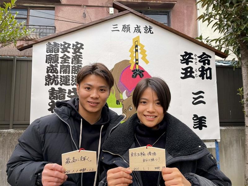 日本柔道兄妹檔阿部一二三(左)及阿部詩(右)25日雙雙闖進東京奧運柔道決賽,兩人都至少可以奪銀,寫下日本兄妹檔選手同時奪牌的紀錄。(圖取自twitter.com/hifumi110)