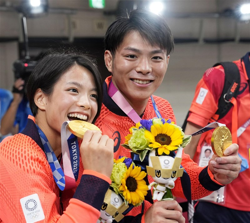 日本柔道兄妹檔阿部一二三(右)及阿部詩(左),25日先後拿下東京奧運柔道男子66公斤級及女子52公斤級金牌,創下奧運同時有兄妹檔奪金紀錄,也是日本柔道史首例。(共同社)