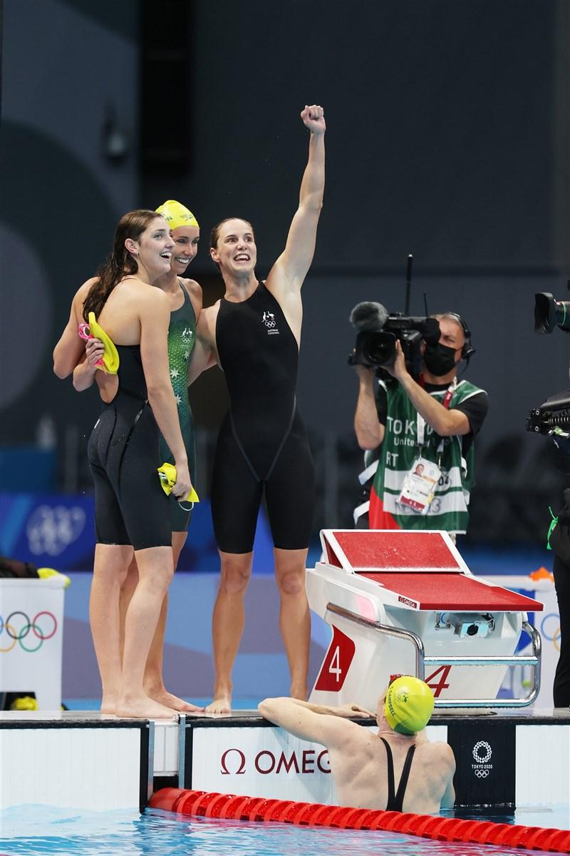澳洲隊25日在東京奧運游泳女子4x100公尺自由式接力游出新世界紀錄,摘下金牌。(圖取自twitter.com/AUSOlympicTeam)