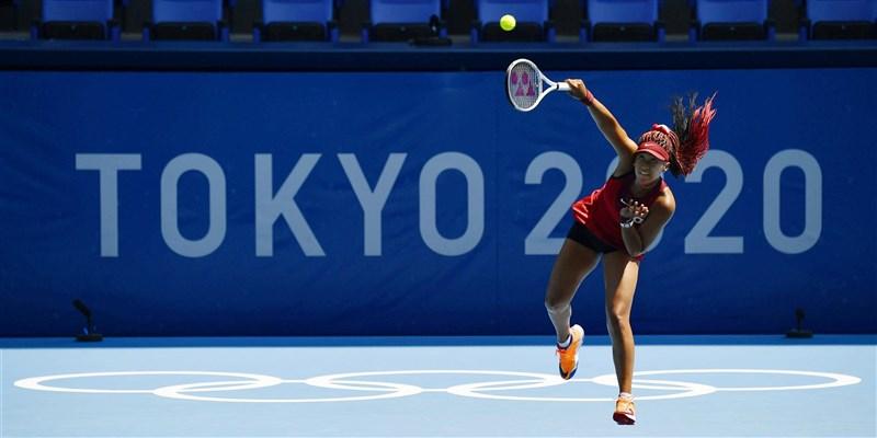 日本女網好手大坂直美,25日看似擺脫「憂鬱」在東奧女網單打首輪賽事以直落二擊敗對手,並在賽後開心接受訪問。(共同社)