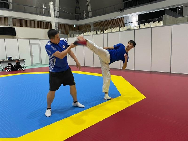 台灣跆拳道選手劉威廷(右)26日在東奧跆拳道男子80公斤級16強賽止步,他賽後透過臉書感謝很多人給予鼓勵和肯定。(總教練劉祖蔭提供)