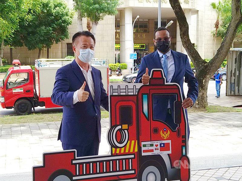 嘉義縣長翁章梁(左)26日代表嘉義縣政府捐贈小型消防車給索馬利蘭共和國,由索國駐台代表穆姆德(Mohamed Omar Hagi Mohamoud)(右)代表接受。中央社記者蔡智明攝  110年7月26日