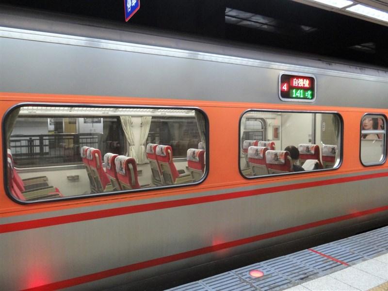 疫情警戒27日降至2級。台鐵及台灣高鐵公司提醒旅客,列車上、車站大廳、候車區仍禁飲食,搭車全程須戴口罩。(台鐵提供)