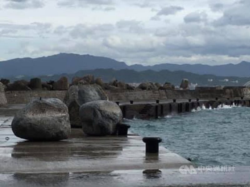 基隆嶼原定26日開放登島,因這幾天風浪大,除將海中大石頭打上岸,碼頭旁的海裡也堆疊一堆大石塊,影響船隻航行及靠岸安全,加上島上的候船亭及步道受到嚴重破壞,基隆市政府決定26日和27日暫停開放登島。(基隆市政府提供)中央社記者王朝鈺傳真  110年7月26日