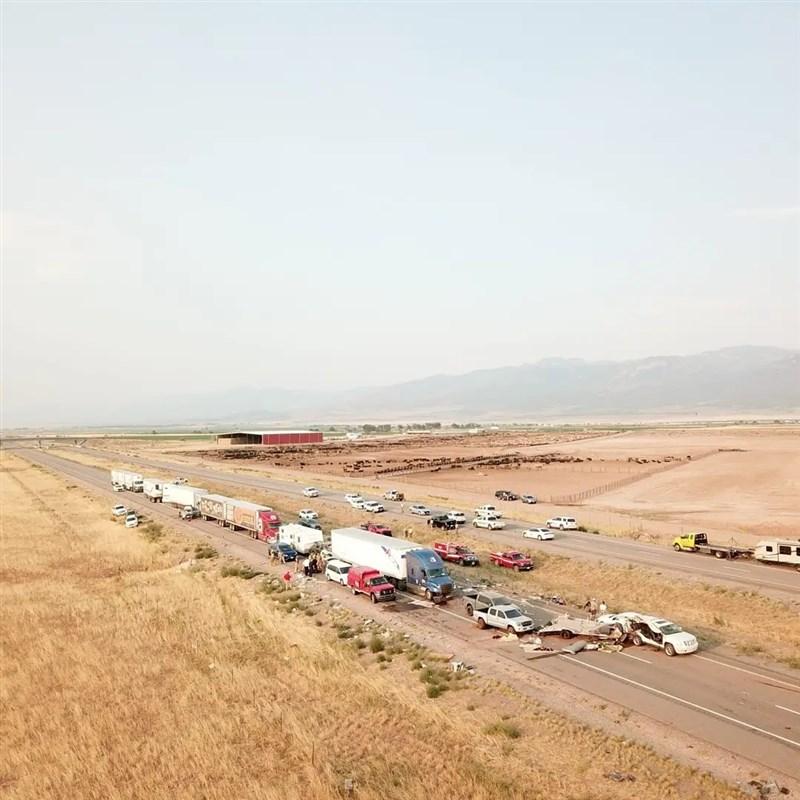 美國猶他州公路警察表示,25日下午颳起的一場沙塵暴,在卡諾什鎮附近的15號州際公路造成20輛車連環追撞。(圖取自facebook.com/UtahHighwayPatrol)