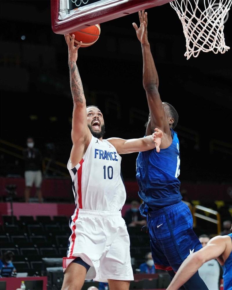 東京奧運男籃A組預賽美國隊首戰法國隊出師不利以76比83敗北。圖為法國隊小前鋒佛尼耶(左)與美國隊球員在籃下攻防。(圖取自twitter.com/FRABasketball)