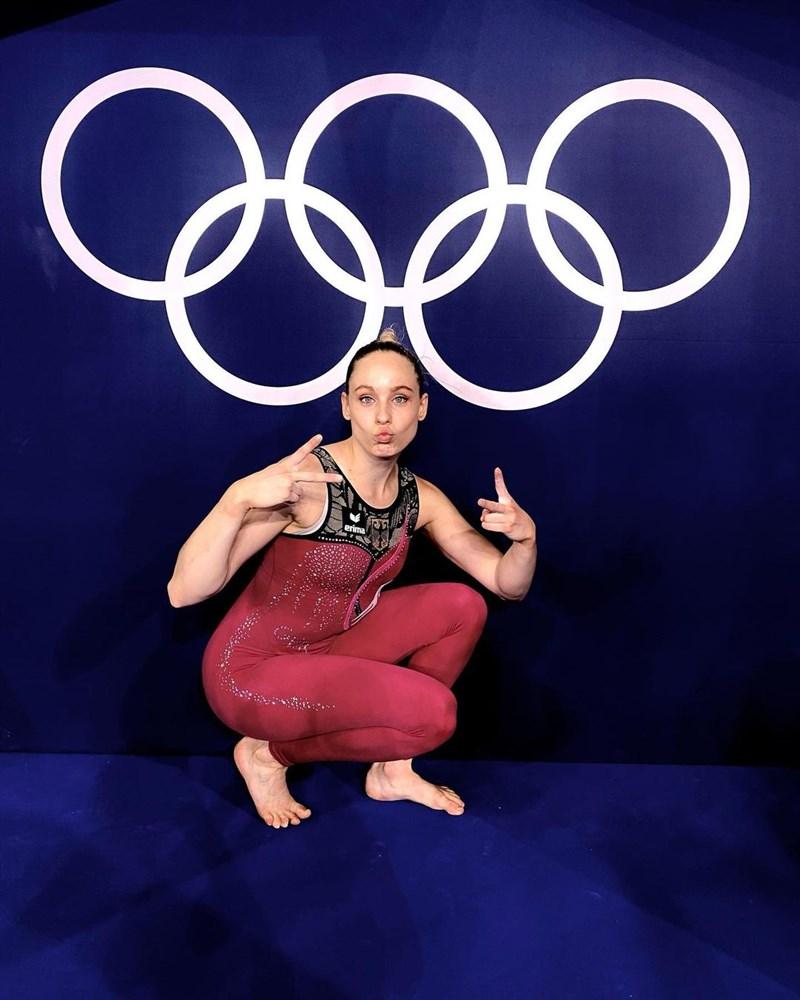 德國女子體操隊在東京奧運資格賽選穿覆蓋大腿的長褲型緊身衣上場,藉此抵制體操界「性化」女性選手的文化。(圖取自instagram.com/p/CRomi8YroUA)