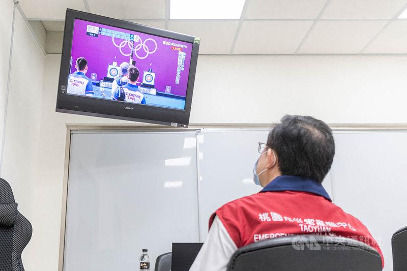 2020東京奧運正在舉行,桃園市有8名選手參加,包括體操男團中的李智凱、男子射箭代表隊的魏均珩等,市長鄭文燦(圖)利用行程空檔觀看比賽,為選手加油。(桃園市政府新聞處提供)中央社記者吳睿騏桃園傳真 110年7月26日