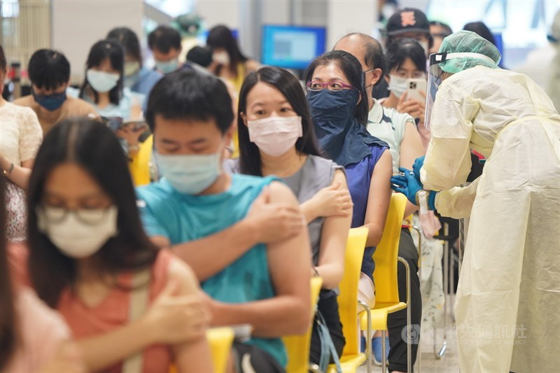 指揮中心統計,國內疫苗接種人次25日突破667萬,人口涵蓋率超過27%、劑次人口比突破28%。圖為花博大型接種站,護理人員依序為教職員施打疫苗。中央社記者徐肇昌攝 110年7月26日