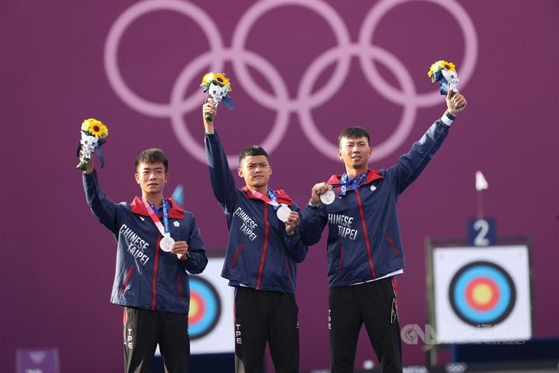 中華隊選手魏均珩(右起)、湯智鈞與鄧宇成26日在2020東京奧運男子射箭團體賽闖進壓軸冠軍戰,最終不敵韓國,拿下銀牌。中央社 110年7月26日