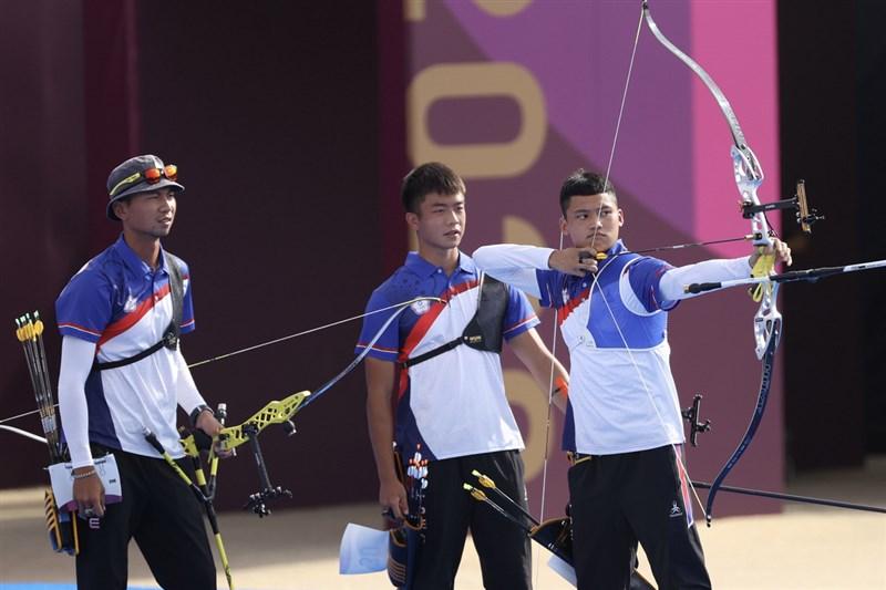 東京奧運射箭男子團體對抗賽26日登場,由湯智鈞(右起)、鄧宇成、魏均珩聯手的中華男團,射下中國代表隊。中央社 110年7月26日