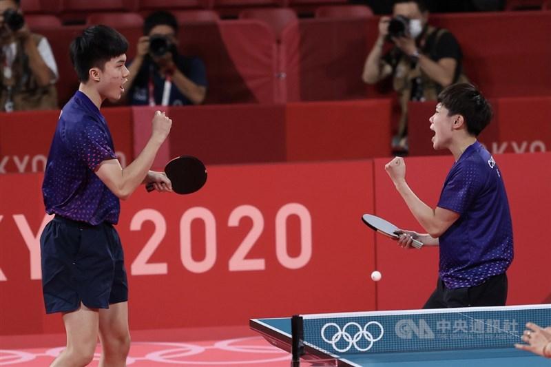 台灣桌球「黃金混雙」林昀儒(左)、鄭怡靜(右)26 日在東京奧運桌球混雙項目銅牌戰對上法國組合,以11 比8、11比7、11比8、11比5直落4奪勝,摘下銅牌。中央社 110年7月26日